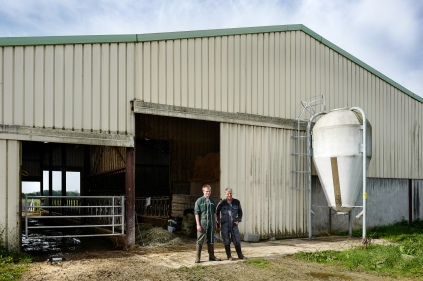 Loïc et son père Denis devant leur ferme familiale.