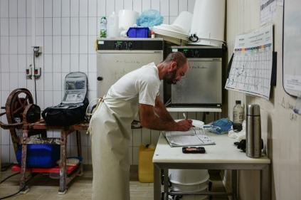 5h du matin, Jérôme prépare sa matinée en consignant les informations liées à la fabrication du Comté AOC de sa journée