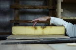 Il existe différentes qualités de Comté lié à son affinage qui peut aller de 6 mois à 36 mois. Après un certain temps de maturation, les meules sont transportées chez un affineur.