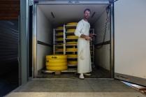 Après avoir livré le lait à la fromagerie, il récupère les fromages pour les stocker à la cave de la coopérative.