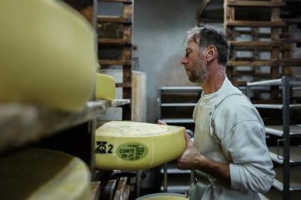 A la fromagerie, Gérald s'occupe du salage. Ces meules de 40 kg doivent être retournées tous les deux jours.